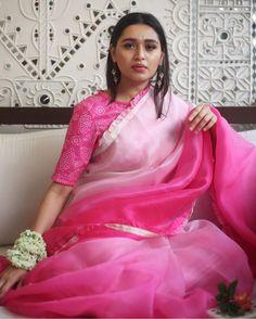 Ruffles at the end and blouse print. For any plain saree. Drape Sarees, Organza Saree, Chiffon Saree, Bandhani Saree, Indian Designer Outfits, Indian Outfits, Designer Dresses, Designer Blouses For Lehenga, Indian Dresses