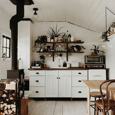 How cute is this cabin?! Gosh I absolutely love this cabin by @sugarhousehomestead