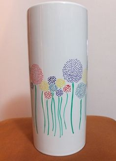 Dotted flowers make for a simple, yet beautiful design! #thepaintedpeacock #potteryvaseideas @paintourpeacock