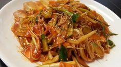 ビビンクッス(キムチと野菜の甘辛みそ素麺)の料理写真です。
