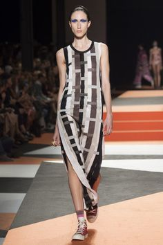 See the complete Missoni Spring 2016 Ready-to-Wear collection.