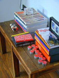 Mesa ratona armada con pinotea, recuperada de una demolicion. Sobre ella , velas, revistas de diseño y dvd's