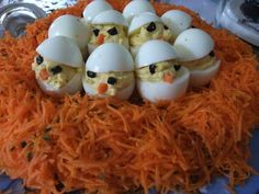 Hard-boiled chicks on a nest of grated carrots (a simple entry for easter - meal Hard Boiled, Boiled Eggs, Easter Deviled Eggs, Creative Food Art, Easter Cookies, Food Crafts, Easter Recipes, Soup And Salad, Cooking Time