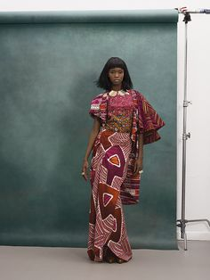 VLISCO FASHION LOOK | What do you think of this classic wrapper with a modern twist? The wide, cape-like sleeves of the jacket create counter-balance, while the silky fabric of the blouse adds a soft, modern touch | #vlisco #fashion #fashionlook #africanprint