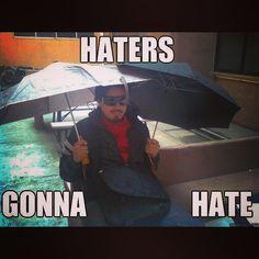 Voisiko joku ruveta valmistamaan sateenvarjoja jotka eivät puhko silmiä!? #sateenvarjo #meme #haters