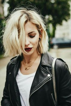 Popular Short Blonde Hair 2018 - Blonde hair is still one of top hairstyles that ladies look up. Every year there is always a new trend for blonde haircuts, including the short one. Short Hair Cuts, Short Hair Styles, Long Face Short Hair, Short Grunge Hair, Grunge Bob, How To Style Short Hair, Layered Short Hair, Short Colorful Hair, Short Bob Hair
