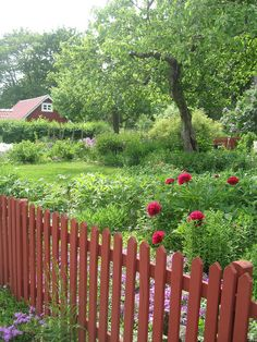 A red fence Garden Gates And Fencing, Garden Doors, Fence, English Country Style, Country Life, Norwegian House, Growing Peonies, Nordic Living, House In Nature