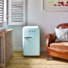 Our iconic FAB fridge is also available in this dinky minibar version; perfect for home offices, gyms, living rooms, even… Smeg Mini Fridge, Pink Mini Fridge, Mini Fridge In Bedroom, Retro Refrigerator, Retro Fridge, Farmhouse Side Table, Cute Dorm Rooms, Estilo Retro, Decoration