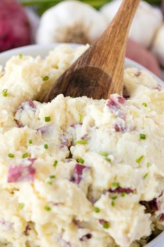 food Perfect Steakhouse Style Garlic Mashed Potatoes are a classic side dish. They are creamy and have a punch of garlic flavor. This recipe will make you feel like you are eating in a restaurant! Red Potato Recipes, Potato Dishes, Food Dishes, Mashed Potatoes With Skin, Baked Potatoes, Cheesy Potatoes, Garlic Red Mashed Potatoes, Homemade Mashed Potatoes, Steak Side Dishes