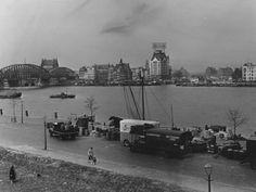 Gezien vanaf het noorden eiland de nieuwe maas met de maasbruggen en aan de overzijde het witte huis 1954