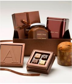 Confezione regalo con Panettoncino, crema, praline, tavolette; By Armani Dolce