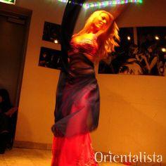 #tbt Den här bilden togs år 2009. Jag hade precis börjat ta med mig kameran till #dansshowerna men just den här bilden blev en favorit som alltid fått symbolisera #dansglädje. Även dräkten är en klassiker som setts på flera olika dansöser genom åren.  Känner @lollolala igen sig?  #orientaliskdans #bellydance #dansshow #raqssharki #magdans #dance #hafla #slöjdans #orientalveil #bellydanceveil #magdansdräkt #bellydancecostume