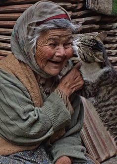 Even old people have the rights to love there animals this is love ❤️ someone that cares about there pet just like a family together and forever always there for each other. Crazy Cat Lady, Crazy Cats, Amor Animal, Cat People, Evil People, Jolie Photo, People Of The World, Interesting Faces, Cats And Kittens