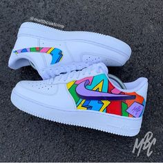 NIKE – CARTOON FREESTYLE Nike in black or white with outer swooshes removed and Cartoon Freestlye design over outer side panel and inside swoosh. – Paint is crack & water resistant –. Souliers Nike, Custom Painted Shoes, Hand Painted Shoes, Nike Shoes Air Force, Air Force Sneakers, Aesthetic Shoes, Nike Af1, Custom Sneakers, Vans Sneakers