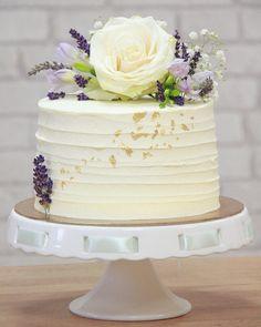Táto tortička putovala na svadbu ako dar. Ja sa na ňu neviem vynadívať 😍❤️ A vy? 😉  Vnútri vanilkovo-tvarohová s mix ovocím. Z vonka meringue krém 🤤 #cake #cakestagram #instacake #weddingcake #wedding #smallcake #flowers #ediblegold #levander #tortaakodar #podarunok #torta #svadba #svadobnatorta #pinkcakery #bratislava #petrzalka Bratislava, Meringue, Vanilla Cake, Desserts, Pink, Food, Cake Ideas, Merengue, Tailgate Desserts