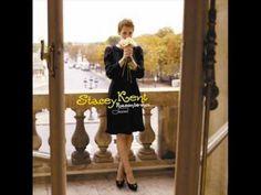 おはようございます。 昨日は誕生日にたくさんの方からメッセージをいただき、ありがとうございました。 さて、今日7/14はパリ祭。パリというと思い浮かぶアルバムはステイシー・ケントの「パリの詩(うた)」。彼女は米国ニュージャージー出身ですが、このアルバムでは全曲フランス語で歌っています。祖父が青春時代をパリで過ごし、彼女自身も大学ではフランス文学を専攻し、パリにも滞在していたこともあり、パリに特別な思いがあったそうです。フランス芸術文化勲章まで受賞しました。 今朝の一曲は「パリの詩」から「池」(L'etang)。