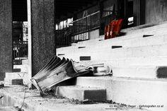 OHNE APPLAUS | Wie viele pferdebegeisterte Menschen mögen wohl auf dieser Tribüne in unzähligen Jahrzehnten gesessen haben. Wir haben es auch ausprobiert und eine fast unheimliche Stimmung macht sich beim Verweilen an dieser Stelle breit. Seit 1878 ist die Trabrennbahn in der Krieau ein Bestandteil von Wien. Neben der renovierten Haupttribüne verfallen die beiden - angeblich denkmalgeschützen - weiteren Tribünengebäude. Vienna, Mood, Remodels, People