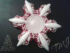 Small white and red star gingerbread candle holder. Kis piros-fehér csillag mézeskalács mécsestartó.