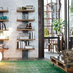 Libreria con struttura in ferro anticato e ripiani in legno naturale