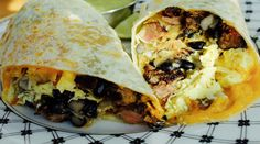 Wraps de pollo y vegetales con aderezo de berenjena, palta y queso