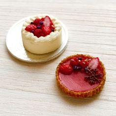 ベリー系のケーキ達です。雪の結晶はお客様のオーダーで作らせていただきました。型作りは成功しましたが、バリが…(/ _ ; ) #ミニチュアフード#ミニチュア#ハンドメイド#樹脂粘土#ドールハウス#ベリータルト#miniaturefood#miniature#dollhouse