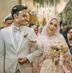 Wedding Photography Poses, Wedding Poses, Wedding Couples, Wedding Dresses, Foto Wedding, Diy Wedding, Dream Wedding, Muslimah Wedding Dress, Indonesian Wedding