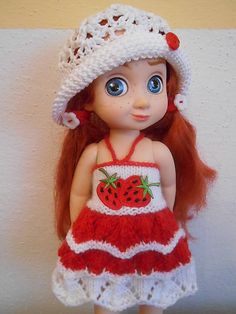 Oblečenie pre bábiku, ručne pletená a hačkovaná súpravička pre 28 cm bábiku, sada obsahuje letné a zimné oblečenie s motívom jahody. Bábika je nepredajná....