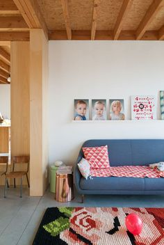 A l'opposer de la maison de Renata en Australie très blanche et minimaliste que je vous présentais ce matin, voici une maison contemporaine pleine de couleurs en Belgique, habitée également par des enfants dont on voit les portraits, et accessoirement par leurs parentsNeel et Diederik. Ces derniers ont fait appel à l'agence d'architecture BLAF pour Lire