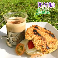 Arepas de Avena y afrecho  Antojada de estas deliciosas #arepas y yo creo que más qe todo es por lo crujientes que son   Preparadas con claras de huevo, avena en hojuelas, afrecho, linaza, sal y pimienta .... Y las relleno con una lonja de jamón de pierna, 1 huevo, boconccini de búfala  y tomates cheery sencillamente delicioso ... Y por supuesto en #laCocinaDeJeannette no puede faltar el #café espumoso y delicioso que de allí sale!!!! #receta #health #coffee #desayuno #breakfast #energy