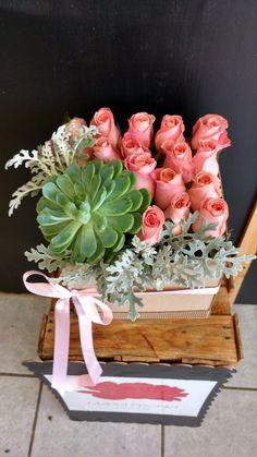 Caja de rosas y suculentas