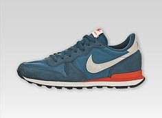 "Once worn by running legend Alberto Salazar, the Nike Internationalist made its debut at the 1982 New York City Marathon. For decades it was seen as ""the"" shoe for distance runners. They sport a classic silhouette with combination suede, nylon and mesh up Nike Internationalist, Nike Tenis, Nike Headbands, Nike Shoes, Sneakers Nike, Nike Wedges, Nike Design, Style Masculin, Nike Bags"