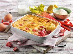 Fruchtig-frischer Grießauflauf mit Rhabarber - leckere Nachspeise oder frühlingshafte Hauptspeise für warme Tage. 500 ml Milch, 1 Prise Salz, 80 g Grieß, 1 Bio-Zitrone, 3 Eier, 60 g Butter, 100 g , 400 g Rhabarber, 100 g