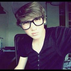 I like guys with glasses Cute Emo Guys, Emo Scene Hair, Scene Boys, Raining Men, Attractive People, Hot Boys, Look Cool, Pretty Hairstyles, Cute Couples