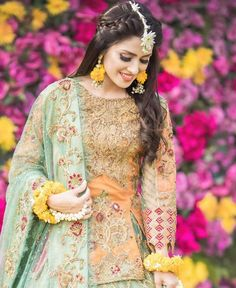 Ayeza Khan is constantly keeping herself busy, she loves doing photo shoots and is equally passionate about her acting career. Ayeza Khan has the perfect featur Pakistani Bridal Hairstyles, Mehndi Hairstyles, Pakistani Bridal Makeup, Bridal Mehndi Dresses, Pakistani Wedding Outfits, Indian Bridal Fashion, Pakistani Dresses, Indian Outfits, Bridal Outfits
