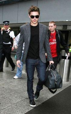 casual chic / black t-shirt, dark denim, black sneakers, wool blazer