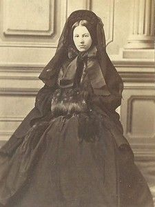 Fashionable mourning with fur muff