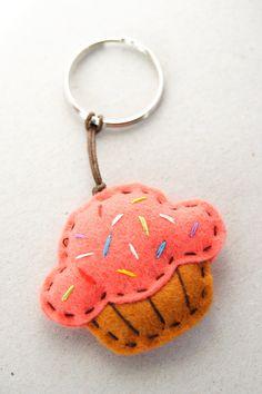 Felt Crafts Diy, Felt Diy, Crafts To Sell, Fabric Crafts, Sewing Crafts, Sewing Projects, Felt Keychain, Cute Keychain, Felt Gifts