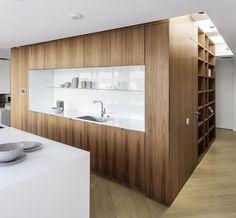 berlin - penthouse - kitchen - corridor - built-in - cabinet - drawer - herringbone - oak - floor - walnut-panell - elevator core - wohnung - erschließungskern - küche - einbaumöbel - walnuss - weiß - kücheninsel - herd - spüle - wohnbereich - regal