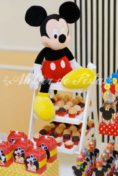 Festa Mickey Atelier de Festas Fiesta Mickey Mouse, Mickey Mouse Clubhouse Birthday Party, Mickey Mouse 1st Birthday, Baby Mickey Mouse, Mickey Mouse Parties, Mickey Party, Mickey 1st Birthdays, Mickey Mouse Decorations, Siopao