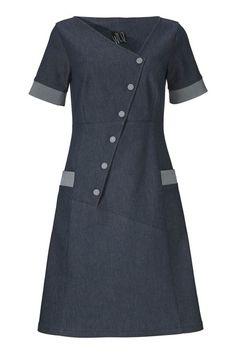 Denn smukke Synne kjole fra WEIZ Copenhagen har et fedt asymmetrisk snit og kontrast farvede knapper og kanter på ærme og lommer.