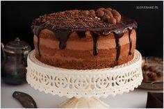 Bardzo prosty przepis na tort czekoladowy z musem czekoladowym dla początkujących. Tort na biszkopcie kakaowym, przeplatanym musem z dużą dawką czekolady oraz polewą czekoladową.
