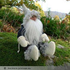 Vätten Skulti ser ut över dalen. Gnome named Skulti. Swedish handicraft.