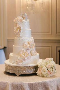 There will be plenty of people at the wedding, therefore a large cake is needed. What's prettier then flowers and detail on the cake? The polar bears will be people. And the bouquet matches.