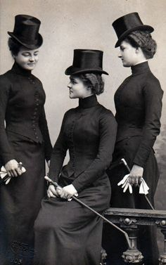 Princess Hermine Reuss of Luxembourg with her daughters Caroline and Emma, ca. 1900 in Edwardian Era riding habits. Retro Mode, Mode Vintage, Vintage Ladies, Victorian Ladies, Victorian Photos, Antique Photos, Victorian Era, Edwardian Era, Edwardian Fashion