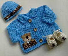 Conjunto com 3 peças: - 1 Casaquinho para bebê feito de crochê, sem costuras. Uso de linha 100% algodão, antialérgica e própria para peles delicadas A aplicação de ursinho é bordada manualmente e feita com feltro marca Santa Fé e tecido 100% algodão Fechamento com 3 botões, o que perm... Crochet Baby Sweaters, Crochet Lovey, Baby Girl Sweaters, Knitted Baby Clothes, Crochet Bebe, Crochet For Boys, Crochet Scarves, Crochet Hooks, Baby Knitting