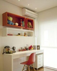 Vermelho e branco marcam os nichos, marcenaria e a cadeira deste canto de estudos. Um gaveteiro com rodízio aproveita o nicho na parede inferior. Projeto de Patricia Pasquini.