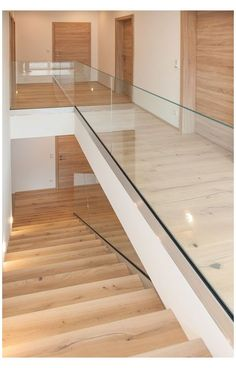 Glasgeländer Bodenprofil Treppengeländer aus Glas glass  railing  stairs Glass Stairs, Glass Railing, Floating Stairs, Staircase Railing Design, Modern Staircase, Stairway Decorating, Media Room Design, Mobile Home Living, Stair Decor