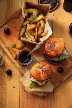 épinglé par ❃❀CM❁✿Burger with black cherry ketchup and homemade fries I Love Food, Good Food, Yummy Food, Homemade Fries, Homemade Ketchup, Food Porn, Burger And Fries, Comfort Food, Food Presentation