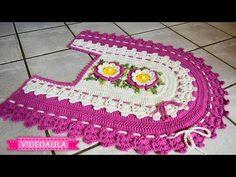 VIDEOAULA TAPETE DO PÈ DO VASO BARRADO DUPLO - Didi Melo Crochet Fabric, Crochet Art, Crochet Home, Crochet Doilies, Crochet Designs, Crochet Patterns, Diy Crafts Crochet, Bathroom Rug Sets, Crochet Videos
