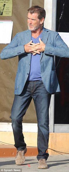 Co gent English!  Pierce Brosnan sobie elegancki casual zespół, w dżinsy i niebieski bawełny marynarka, gdy szedł na zestaw Jak Make Love Like an Englishman w Los Angeles